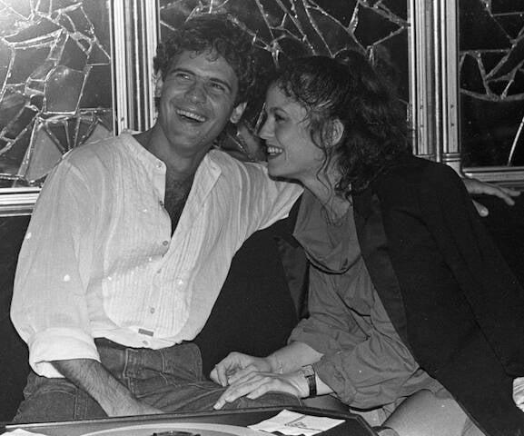 Cazuza e Denise Dumont durante festa de aniversário do artista, no Castel, em 1986