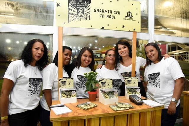 Ione Costa com a equipe do Instituto Shopping Recife no estande das doações do CD São João Nordestino