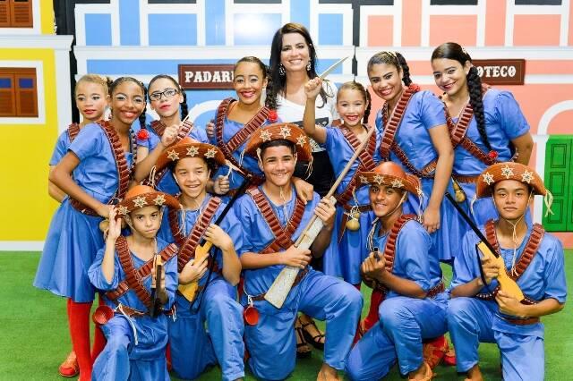 Ione Costa com as crianças da comunidade de Entra Apulso, alunos do curso de dança do Instituto Shopping Recife