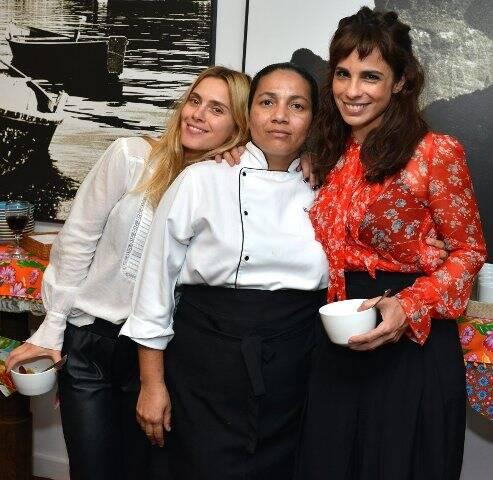 A chef Carlúcia entre as atrizes Carolina Dieckmann e Maria Ribeiro
