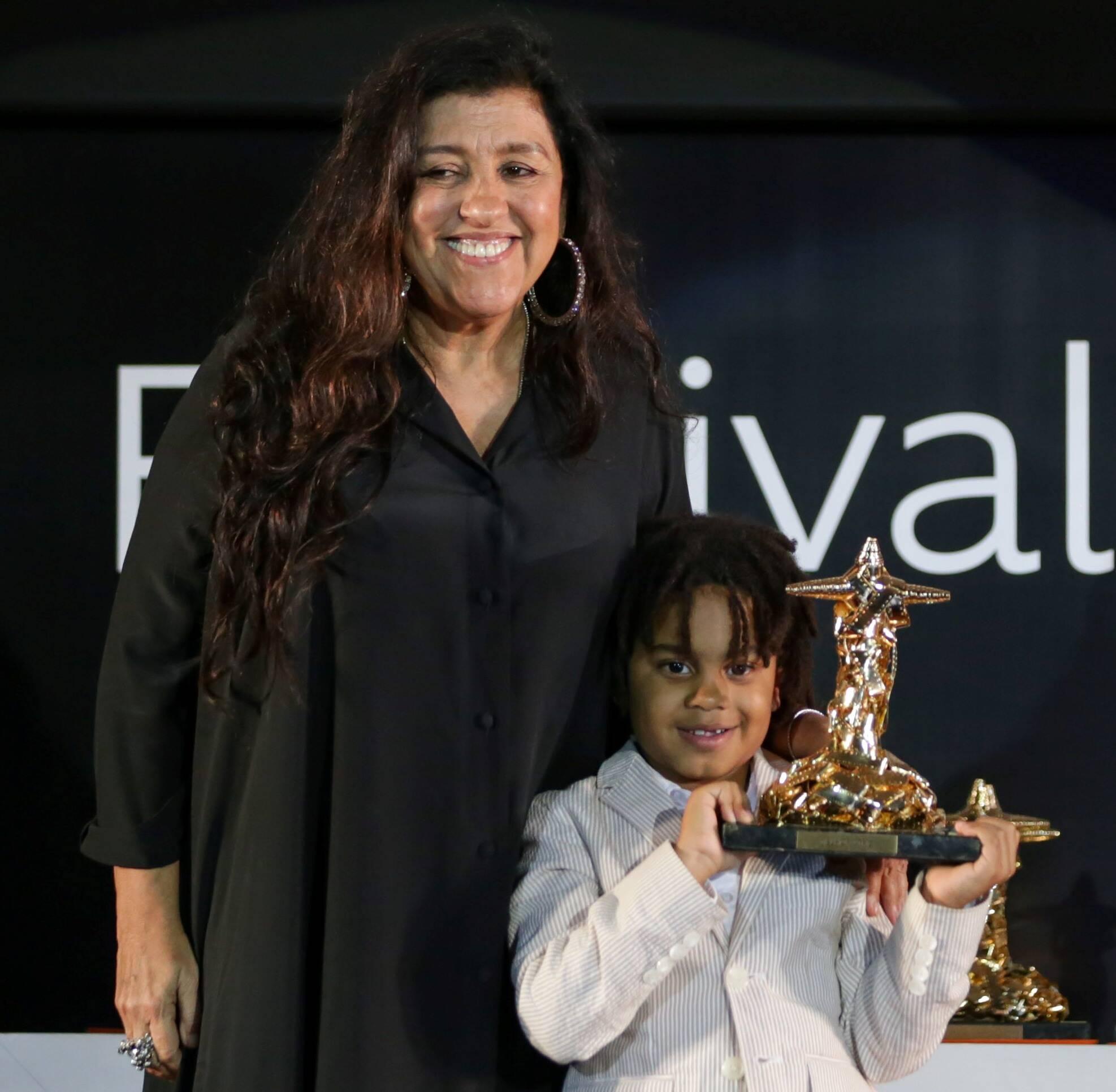 Regina Casé recebe prêmio de melhor atriz no Festival do Rio com o filho, Roque /Foto: Davi Campana