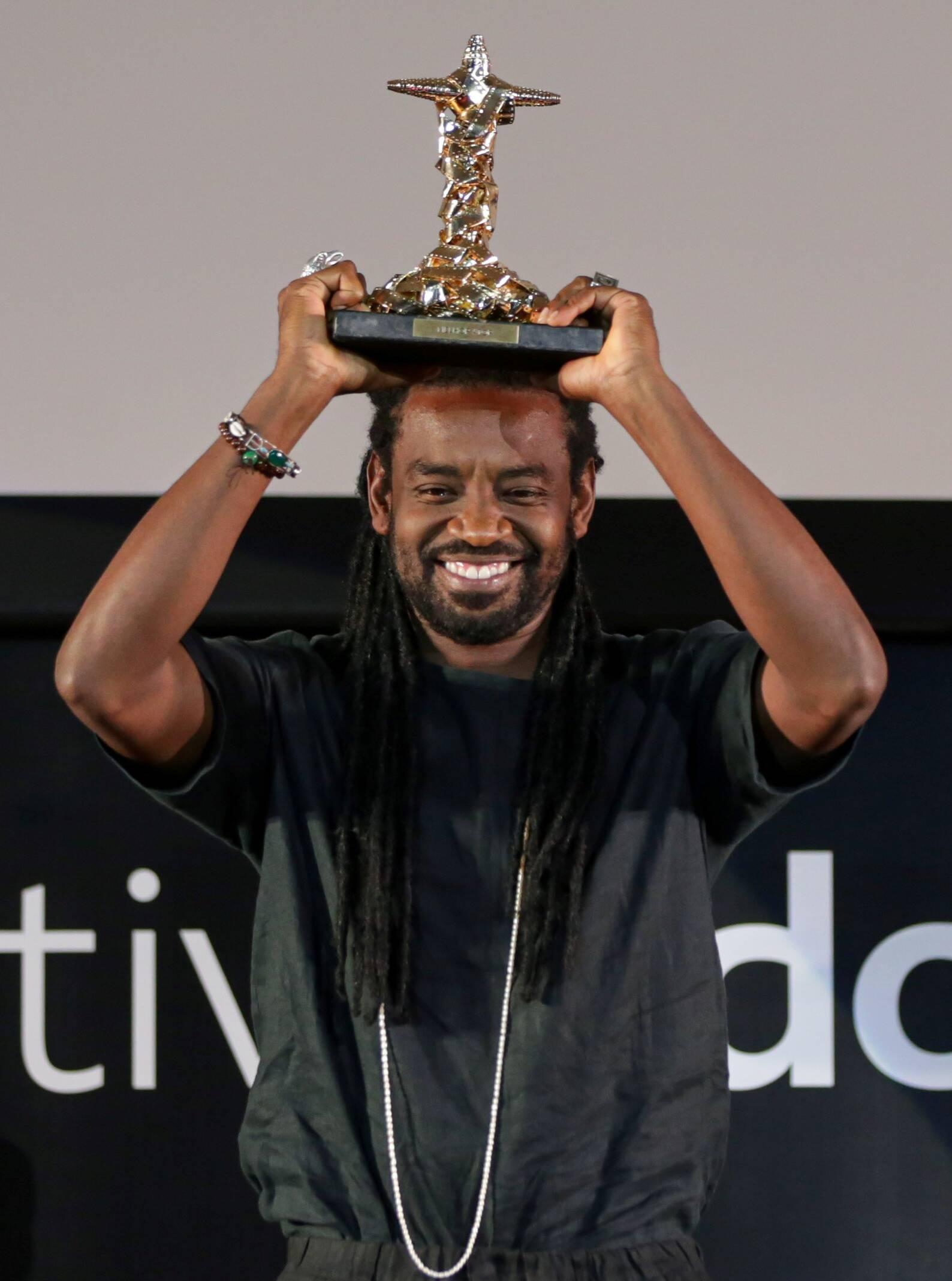 O ator Fabricio Boliveira, recebe o prêmio de melhor ator por Breve Miragem de Sol /Foto: Davi Campana