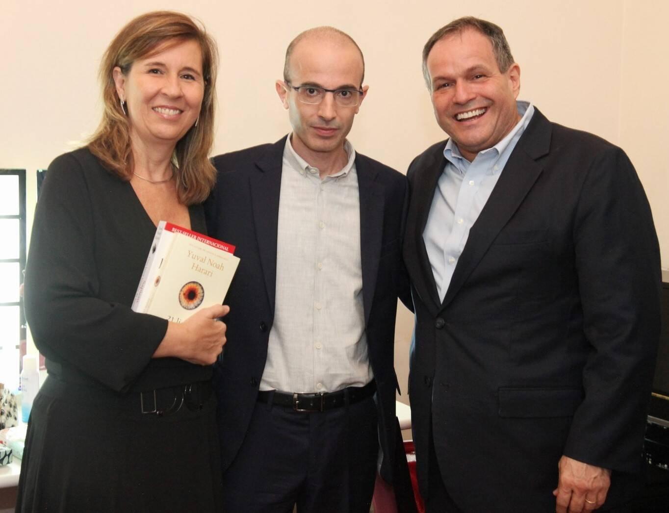 Yuval Noah Harari entre Rosângela e Júlio Campos /Foto: Vera Donatos