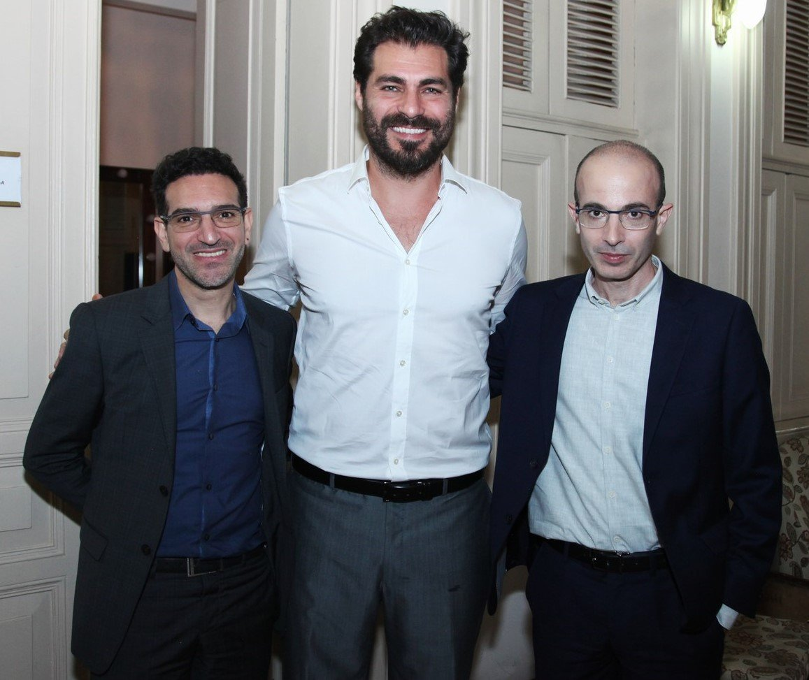 Itzik Yahav,  agente  de Yuval, Thiago Lacerda, o mestre de cerimônias da noite, e o escritor Yuval Noah Harari /Foto: Vera Donato