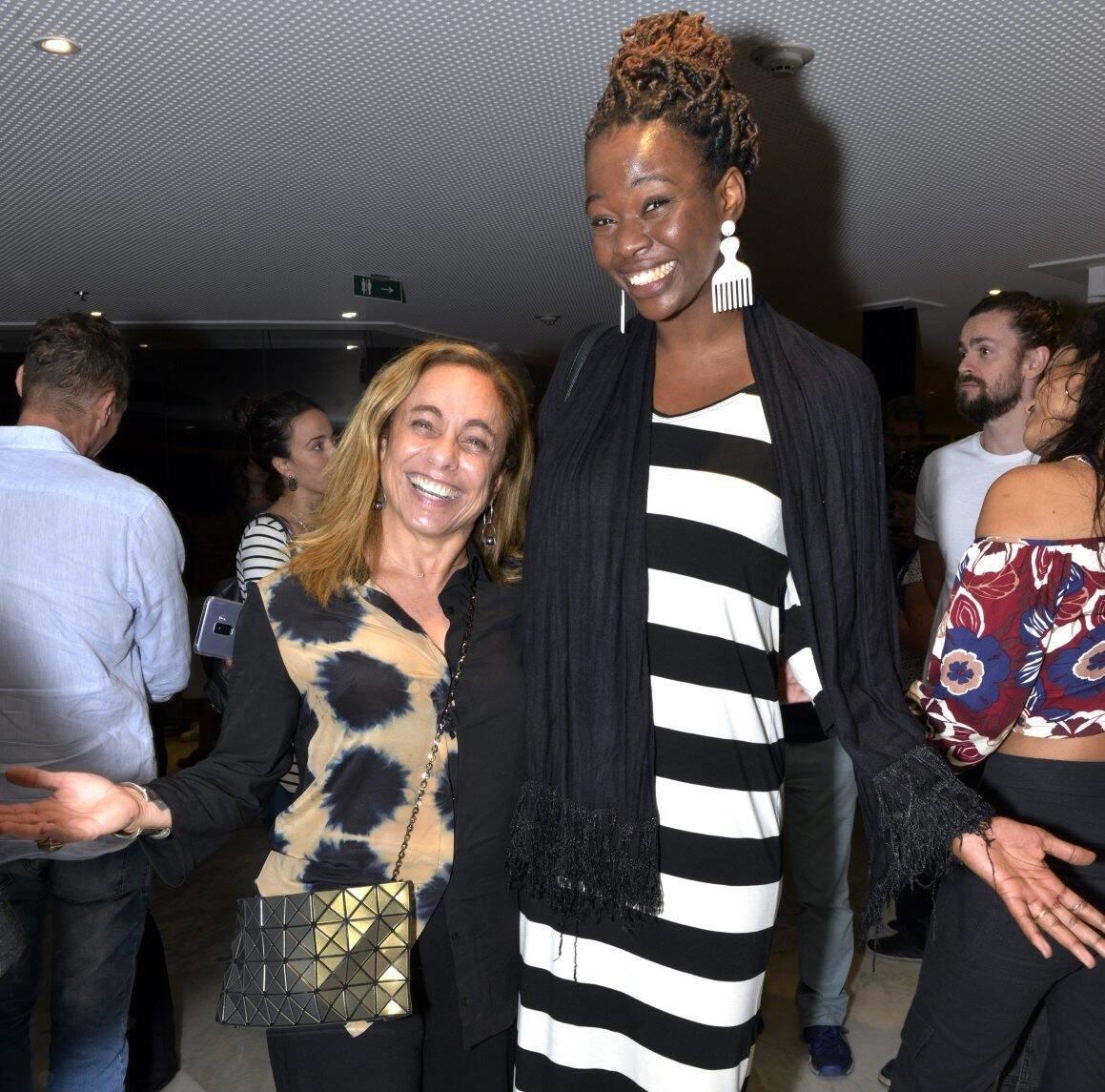 """Cissa Guimarães faz uma """"competição de altura com a comediante Noemia Oliveira; a primeira tem 1,60 metros de altura, a segunda, 1,89 /Foto: Cristina Granato"""