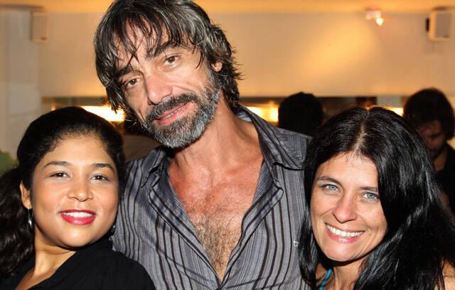 Os atores da peça Roney Vilella entre Rose Lima e Vanessa Linx