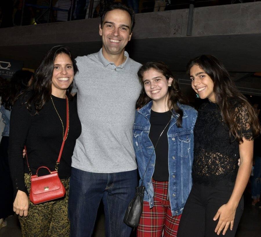 Tadeu Schmidt com a mulher, Ana Cristina (à esquerda), e as filhas, Valentina e Laura  /Foto: Cristina Granato
