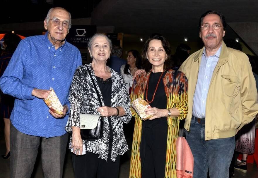 Os casais Zuenir e Mary Ventura; Elza e Merval Pereira /Foto: Cristina Granato