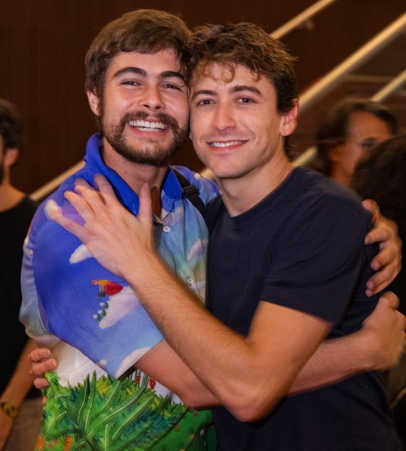 """Rafael Vitti e Jesuíta Barbosa, que interpretaram irmãos na novela """"Verão 90"""", na TV Globo, e se tornaram grandes amigos /Foto: Miguel Sá"""