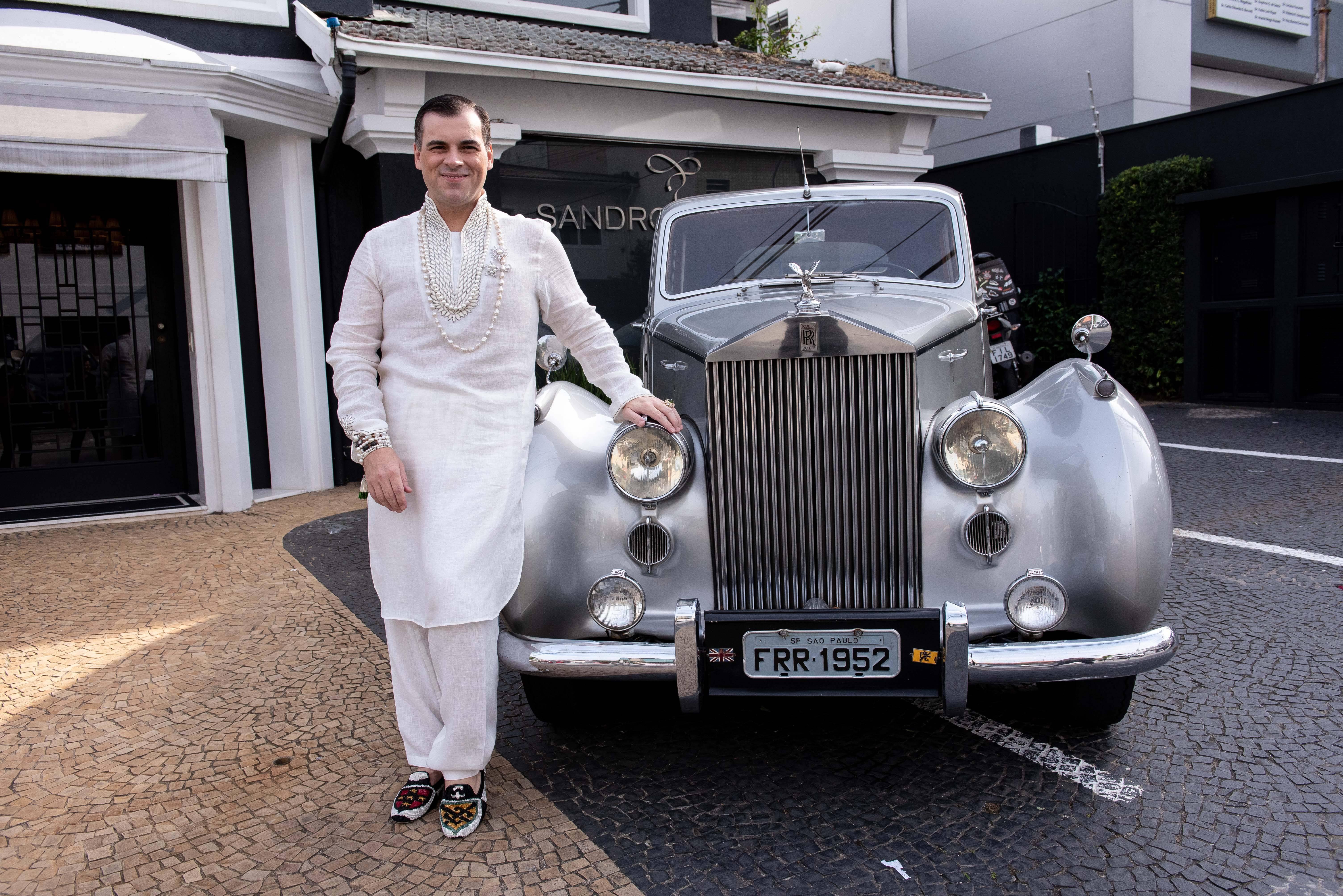 Sandro Barros providenciou de surpresa um Rolls-Royce antigo / Foto: Lu Prezia