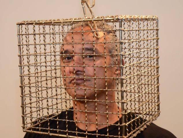 Fred Gelli interagindo com uma das instalações da mostra 'Torniquete'