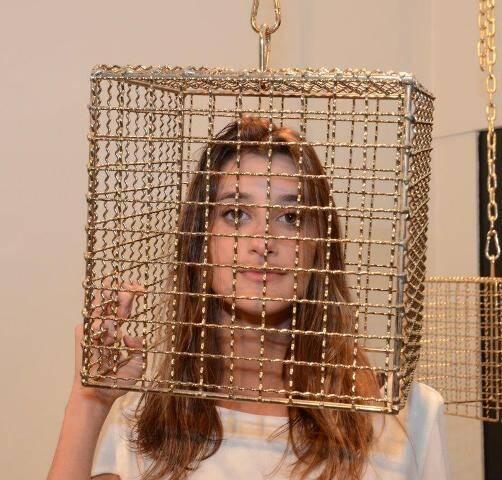 Gabriela Gelli  interagindo com uma das instalações da mostra 'Torniquete
