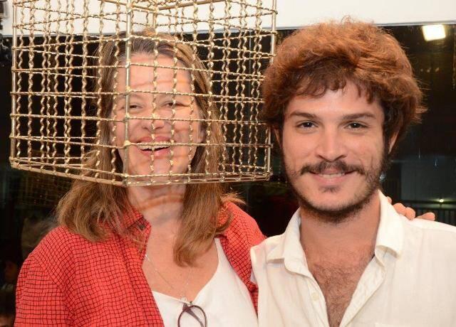 A artista Jessica Kloosterman interagindo com uma das instalações da mostra com um dos curadores Alexandre Silva