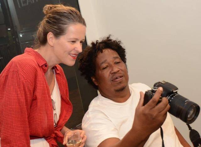 A artista Jessica Kloosterman e o curador Bira Carvalho