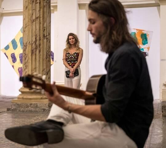 Pablo Vares de Azevedo e Letícia Spiller assistindo ao fundo