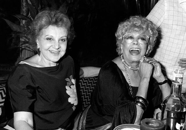 """Eva Todor e Dercy Gonçalves na festa 150 apresentações de """"As Noviças Rebeldes'', no Teatro da Lagoa Gato Pardo, em novembro de 1987"""