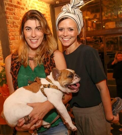 Mariana Avellar com a cadela Dora e Natasha Novis