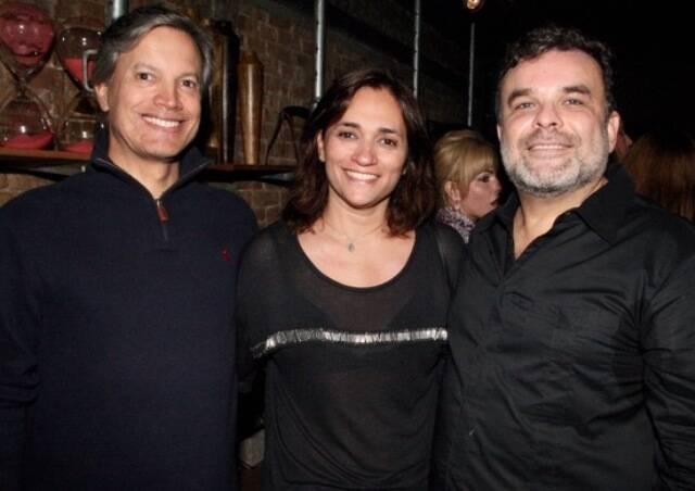 O casal Lula Carvalho e Gaby Indio com Ariosto Amado