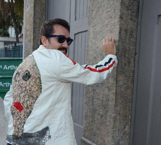 Beto Silva mostrando a jaqueta do Geová Rodrigues - uau!