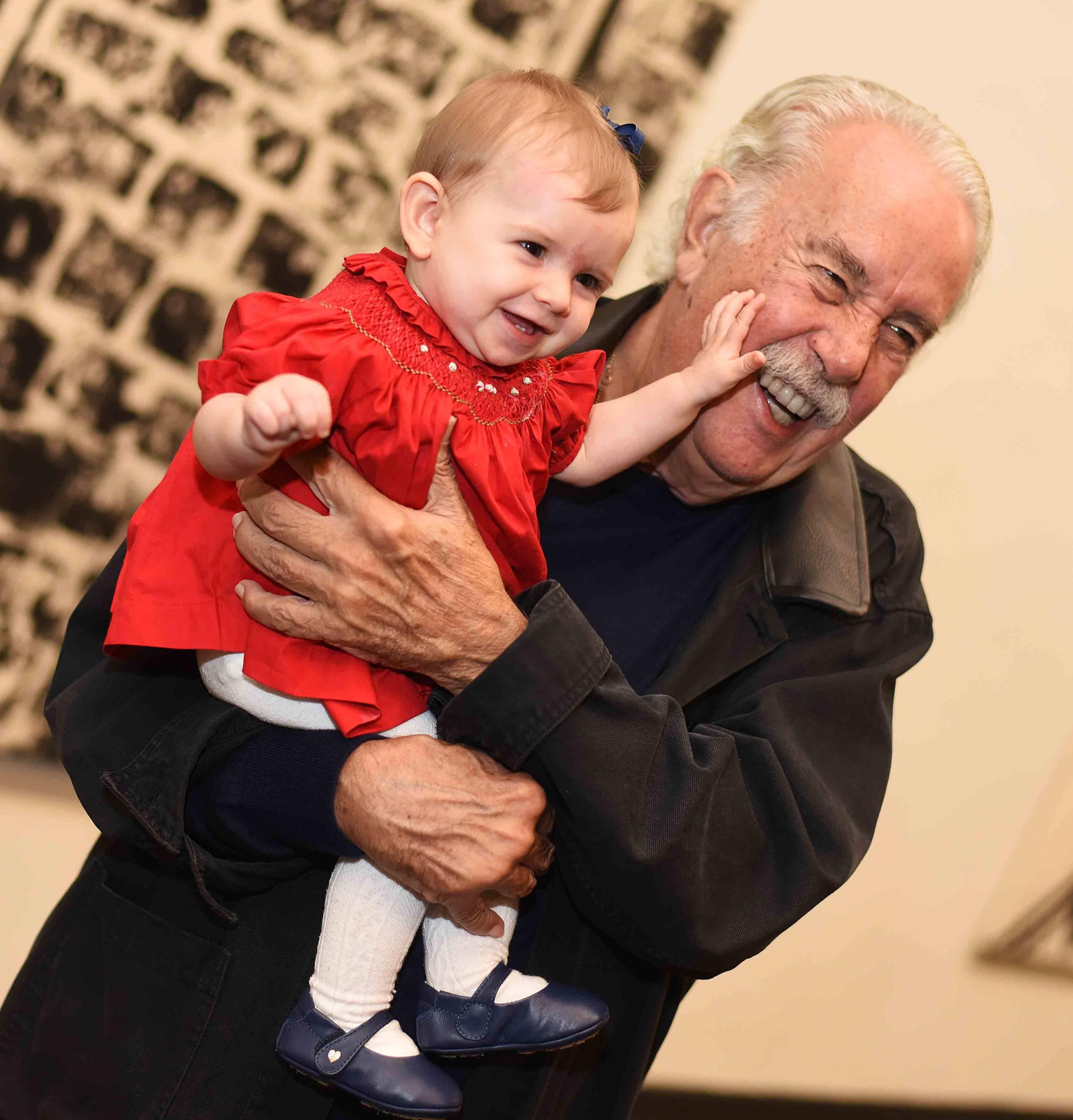 Carlos Vergara com a neta, Antonia /Foto: Ari Kaye