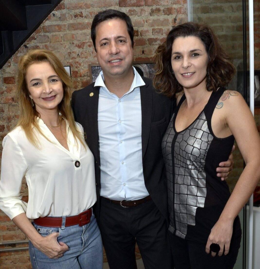 O casal Simone Cadinelli,  Eduardo Wanderley  com Jeane Terra  -  Fotos: Cristina Granato