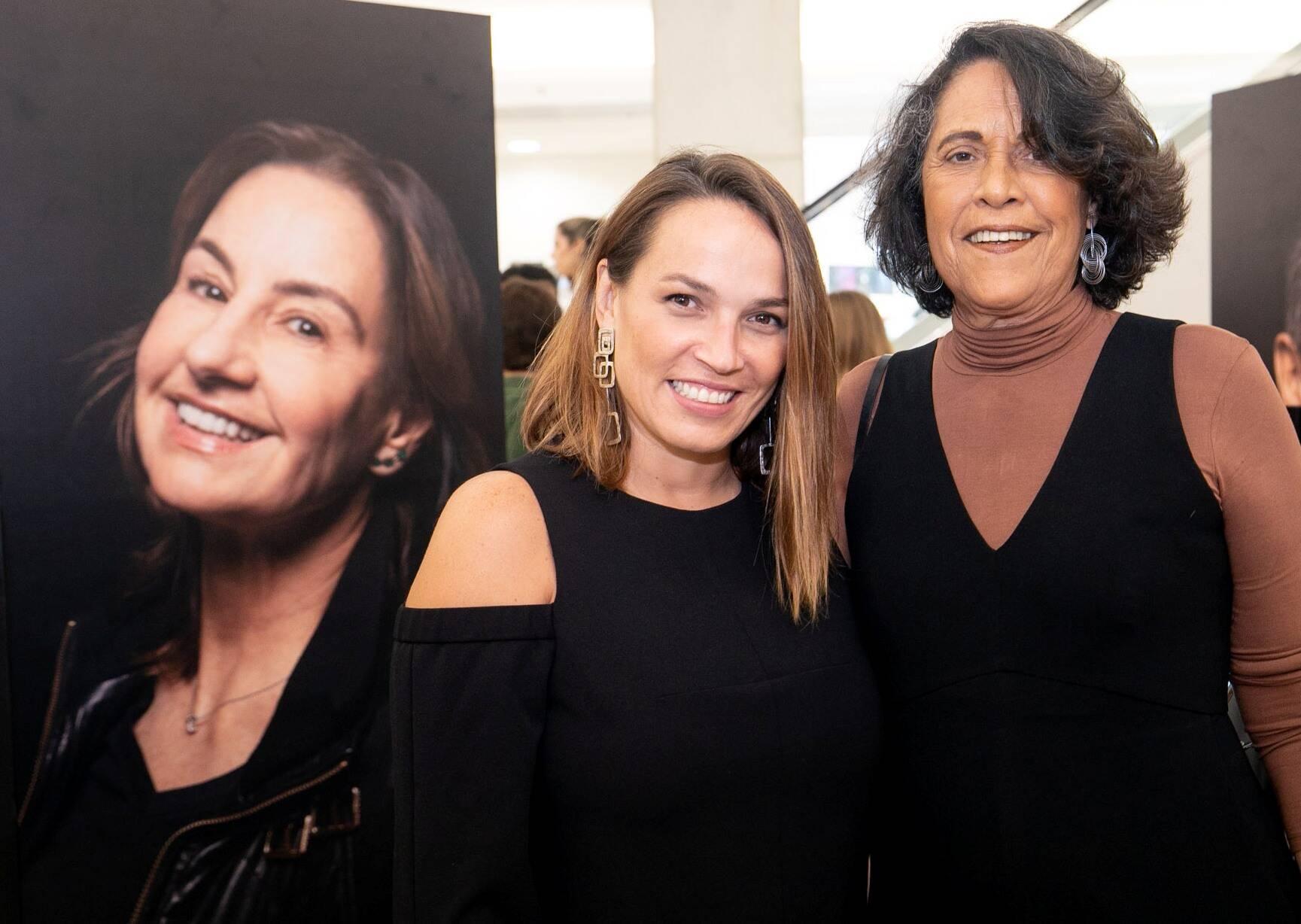 Marina Caruso e madrasta Eliana Caruso ao lado da foto de Ana Carolina Gayoso /  Fot6o: Miguel  Sá
