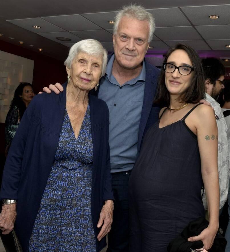Pedro Bial entre a mãe, Suzane, e a mulher, Maria Prata  /Foto: Cristina Granato