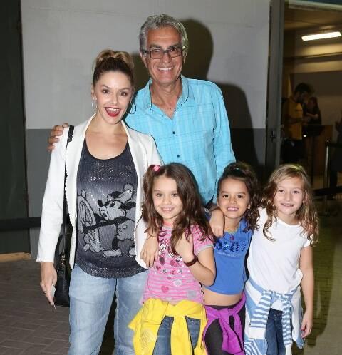 Bianca Rinaldi, Eduardo Menga e as filhas, Beatriz e Sofia, acompanhadas de uma amiguinha