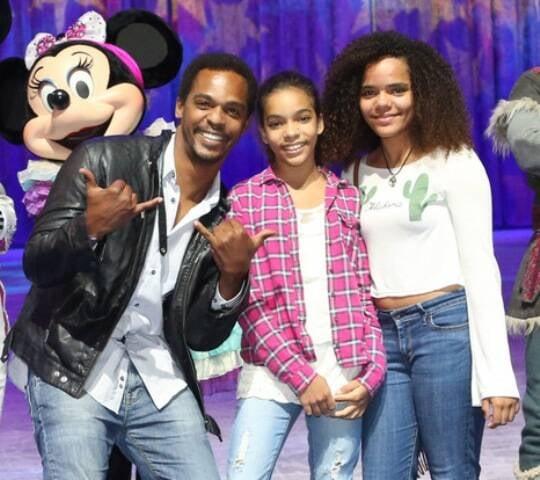Rocco Pitanga com as filhas Amanda e Bruna