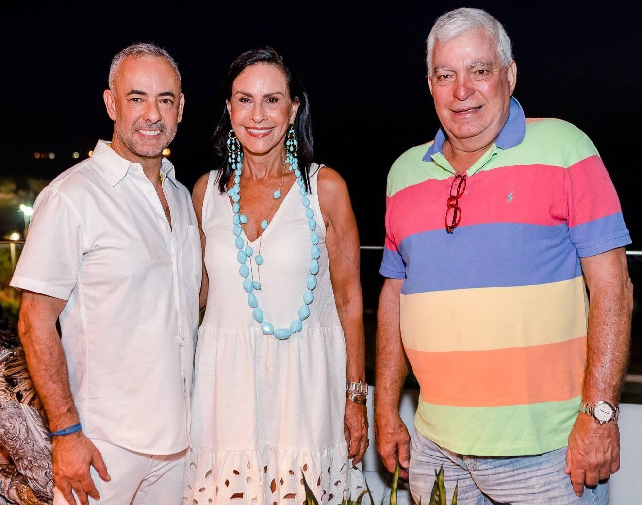Francisco Costa com Beth e Afonso Pinto Guimarães /Foto: Bruno Ryfer