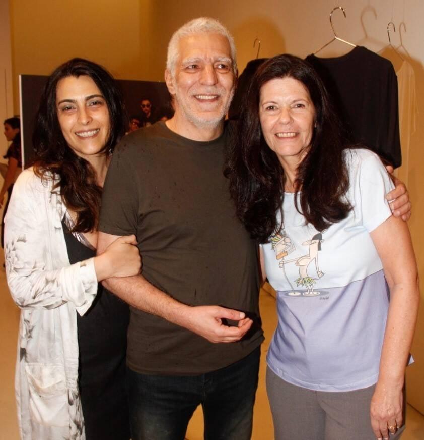 O casal Carolina Guaycuru e Angeli com Beatriz Galvão Veniss, viúva de Glauco /Foto: Leda Abuhab