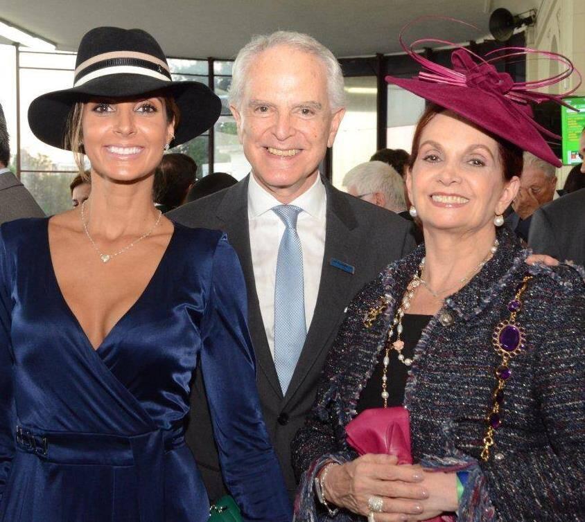 Flávia Sampaio com o casal Sueli e Ricardo Stambowsky
