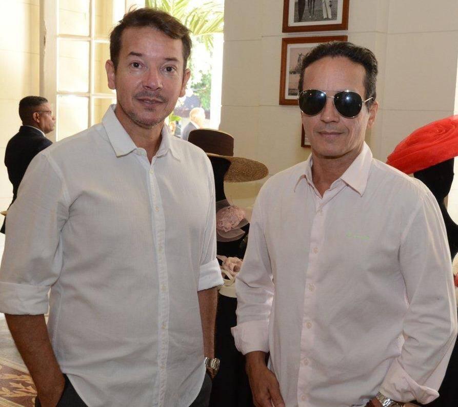 O chapeleiro Denis Linhares com Marcos Ricardo