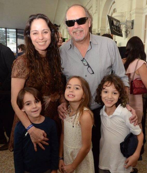 O casal Cláudia Mauro e Paulo César Grande com os filhos