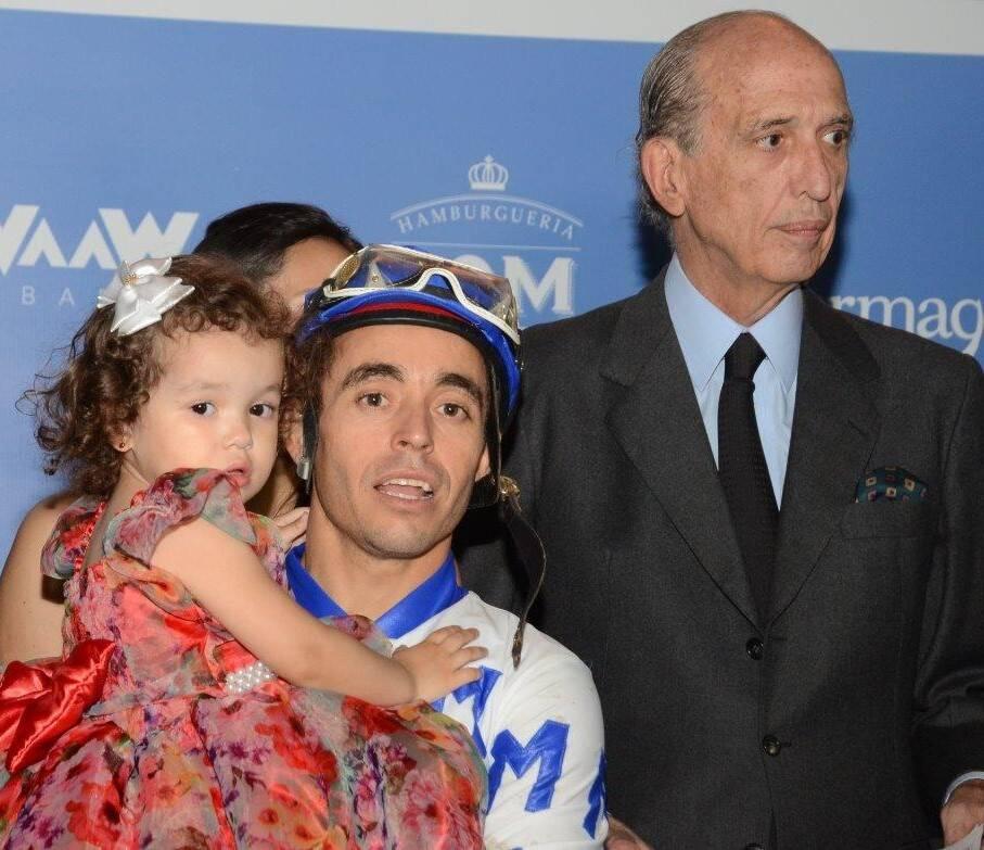 O Campeão Carlos Lavor com a filha, ao lado de Luiz Alfredo Taunay, presidente do Jockey  /Foto: Marco Rodrigues
