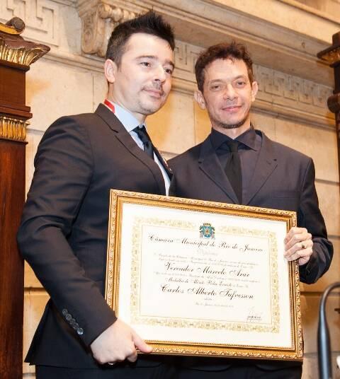 Carlos Tufvesson e André Piva durante a cerimônia para receber o título de cidadão carioca, em 2014 /Foto: Arquivo site Lu Lacerda