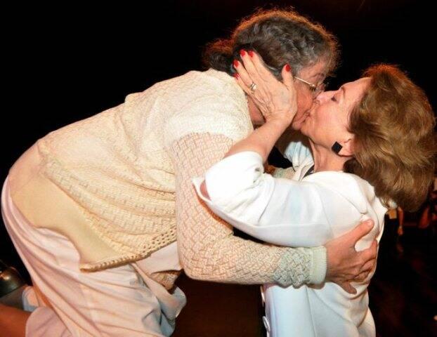 Camilla Amado e Fernanda Montenegro na foto que marcou Prêmio APTR de Teatro, no Imperator, Méier, em 2013 /Foto: Arquivo site Lu Lacerda/Cristina Granato