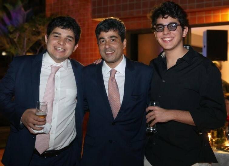 José Fernando entre os irmãos Luiz  e João Maneira  /Foto: Felipe Valentim