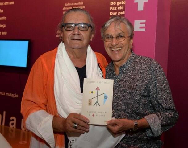 """Jorge Salomão e Caetano Veloso, no lançamento do livro """"Alguns Poemas e + Alguns"""", de Jorge, em 2016 /Foto: Arquivo site Lu Lacerda"""