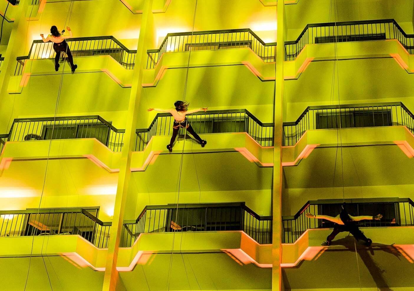 O balé Fairmont, com acrobatas descendo do teto /Foto: Bruno Ryfer