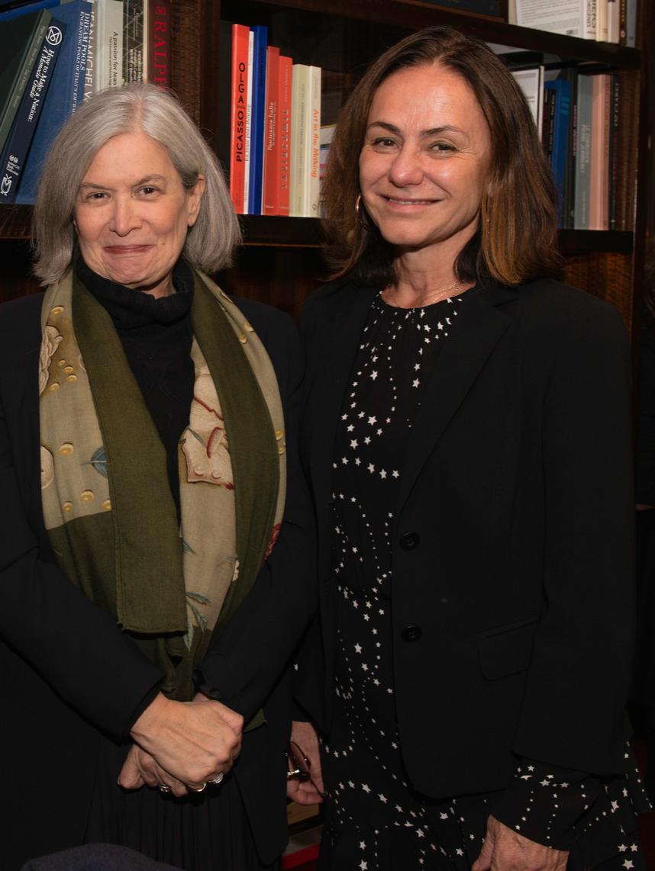 Maria Theresa Lázaro, a embaixadora e atual consulesa do Brasil em Paris, e a artista visual Claudia Jaguaribe /Foto: Divulgação