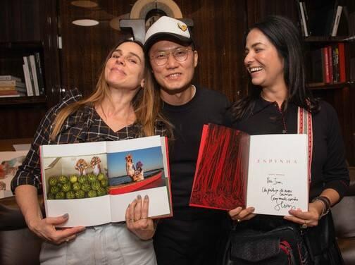 Ana Stewart, da Galeria da Gávea, a fotógrafo Shinji Nagabe e a empresária Ione Costa /Foto: Divulgação