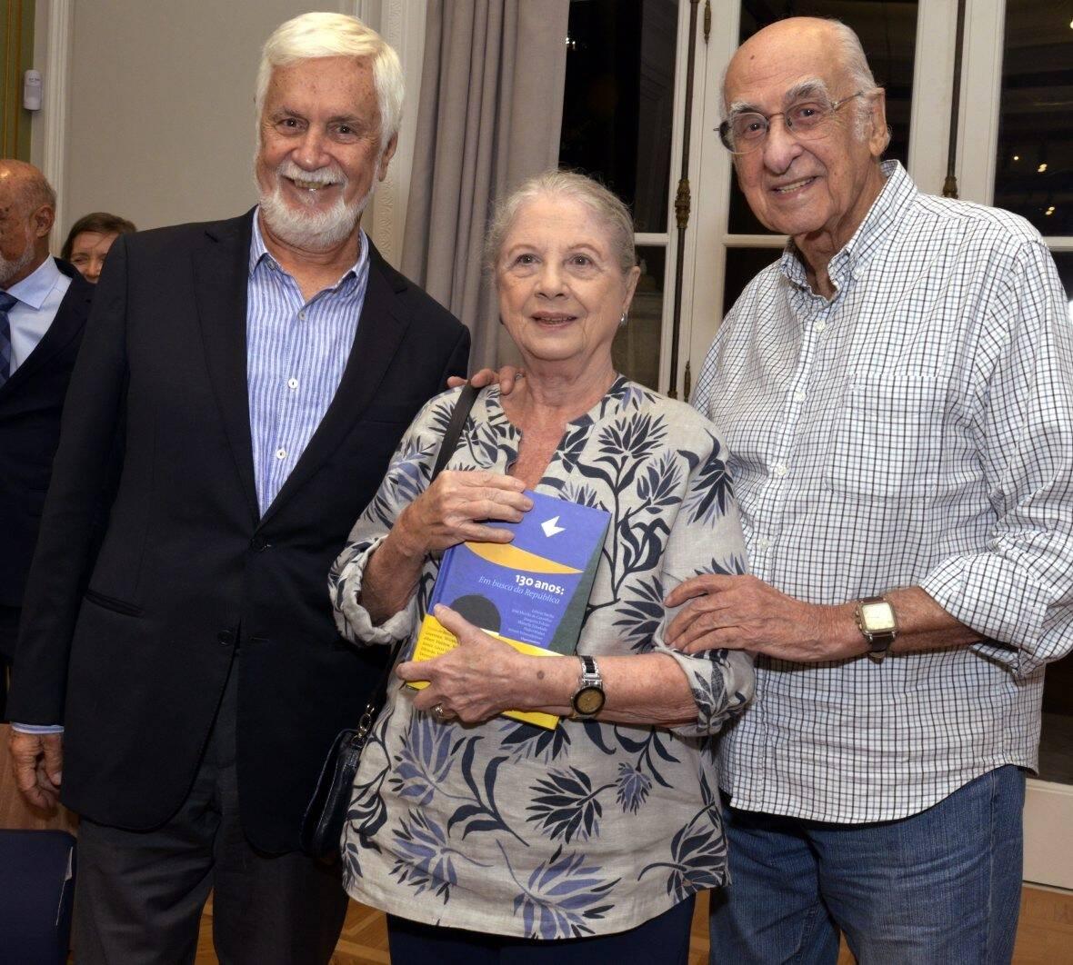 Edmar Pacha com o casal Mary e Zuenir Ventura /Foto: Cristina Granato