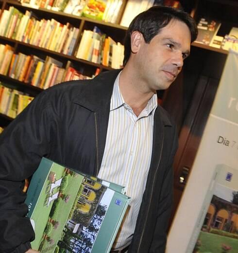 Roberto Riscala lança livro de 25 anos de carreira em São