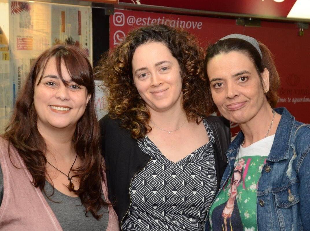 Ana Holck entre as irmãs do autor, Theodora e Gabriela de Chevalier  /Foto: Marco Rodrigues