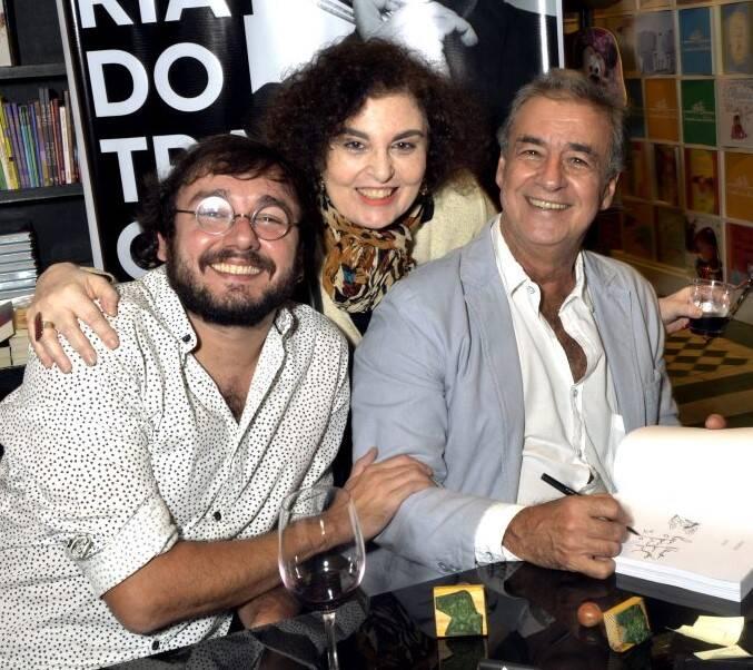 Bia Sion entre de Vitor e  Miguel Paiva  /Foto: Crisitna Granato
