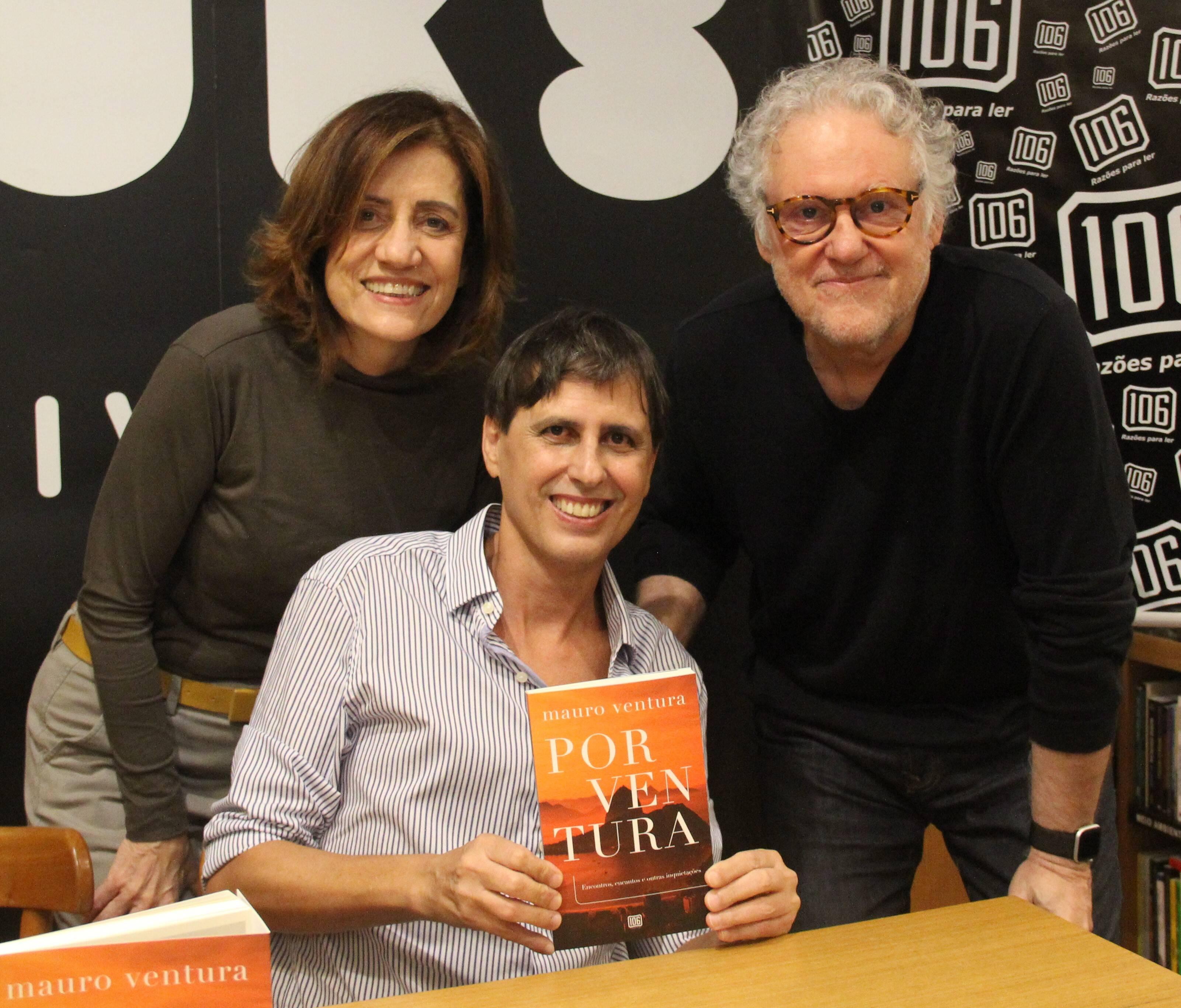 A jornalista e escritora Miriam Leitão e seu marido, Sergio Abranches, cientista político e escritor com Mauro Ventura  /Foto: Marcelo Brandão