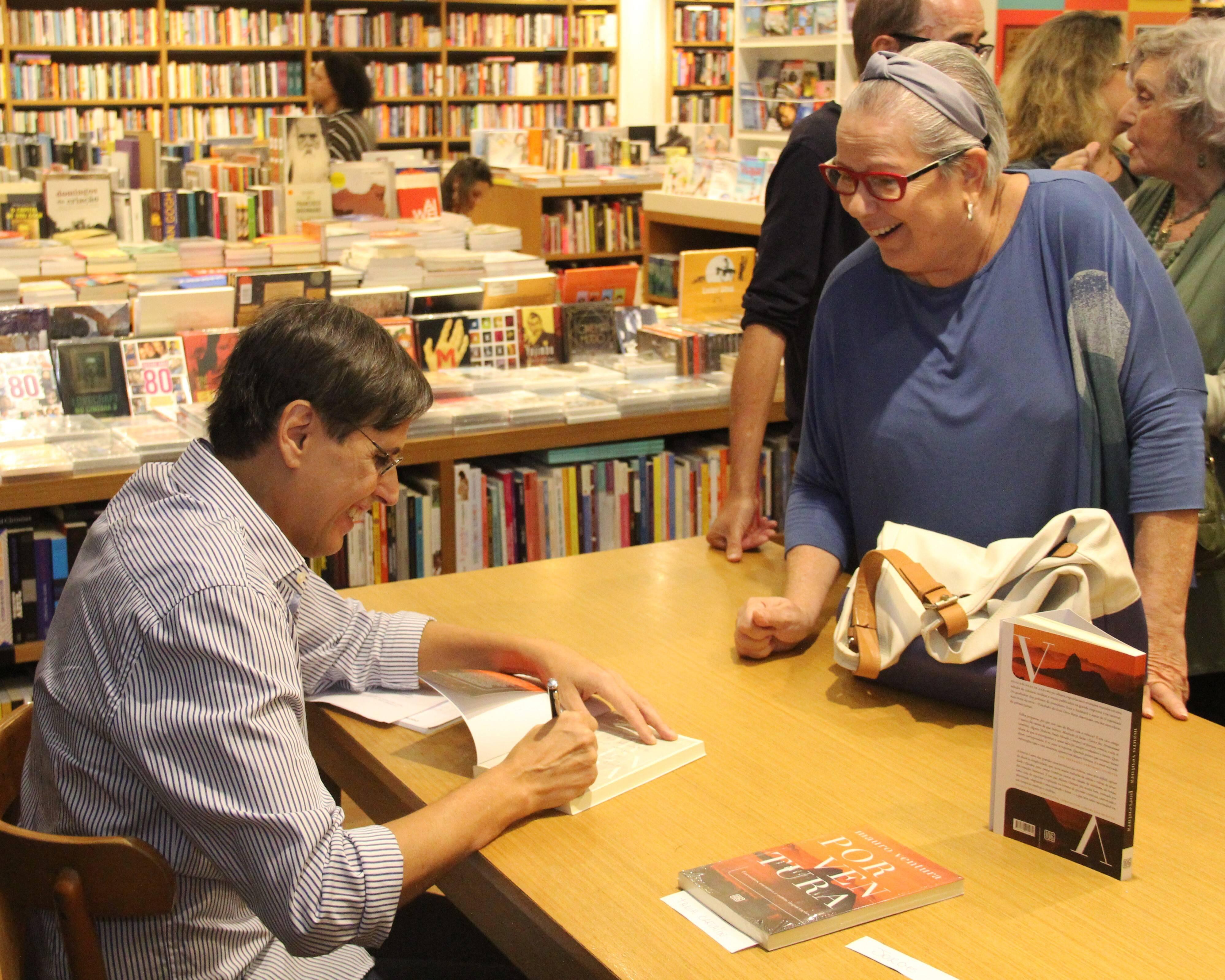 Mauro Ventura com a escritora Tânia Carvalho /Foto: Marcelo Brandão