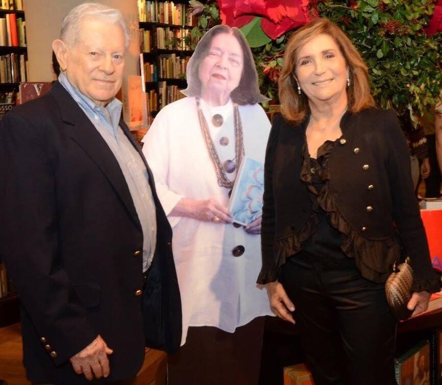 Arnaldo e Ruth Niskier com o totem de Nélida Piñon / Foto: Marco Rodrigues