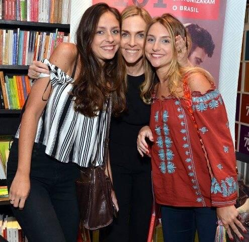 Patrícia Kogut entre as filhas Sofia e Alice